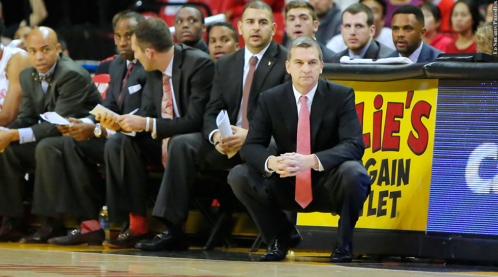 Maryland Terps Basketball 2015-16: Mark Turgeon (squatting)