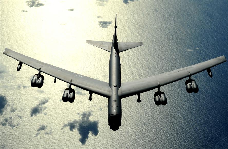 Bombardeiro B-52 dos EUA perde motor durante voo