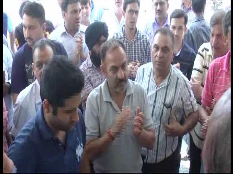 Image of सोलन अस्पताल में डॉक्टरों की कमी पर फूटा लोगों का गुस्सा