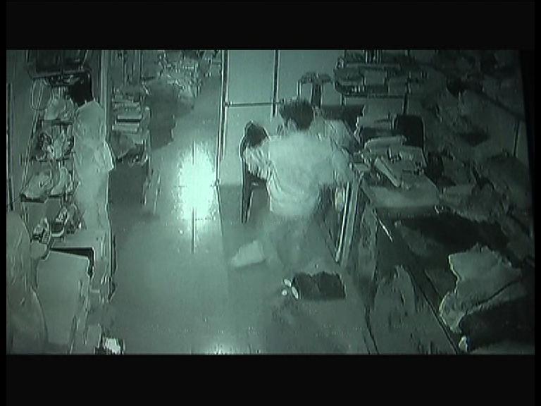 Image of कार में आए चोरों ने 15 मिनट में 10 लाख का सामान किया चोरी