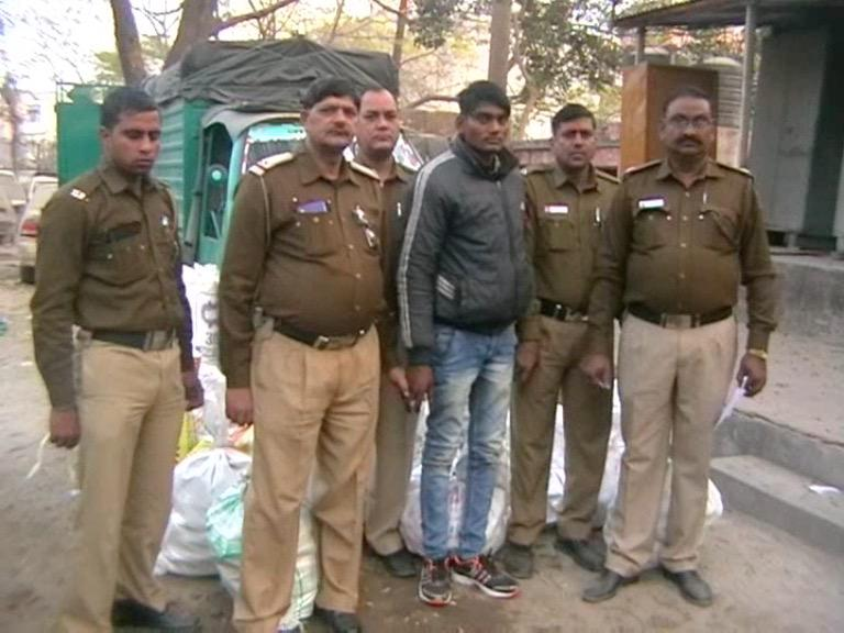 Image of दिल्ली : अवैध शराब की 59 पेटियां बरामद, टेम्पो समेत आरोपी काबू